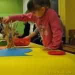 Jakimi pomocami naukowymi dla dzieci dysponują szkoły